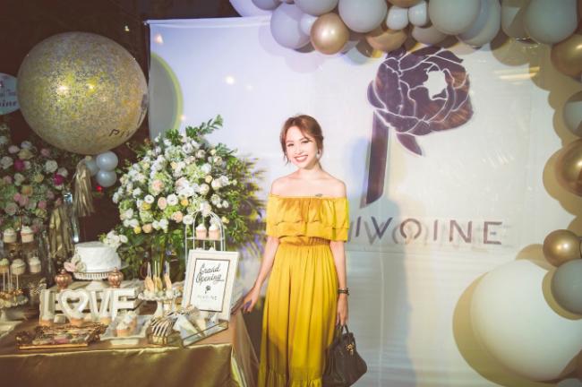 Trang phục thứ hai chị Vân Hugo chọn là chiếc váy maxi vai trần rạng rỡ sắc vàng