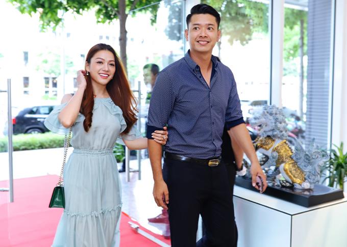 Siêu mẫu Hồ Đức Vĩnh gây chú ý khi sánh đôi Hoa hậu quốc tế người Việt 2016 Thái Nhiên Phương.