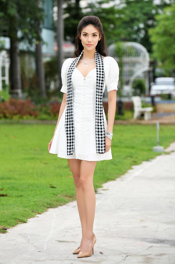 Cô khoe đôi chân thon dài khi diện váy ngắn.