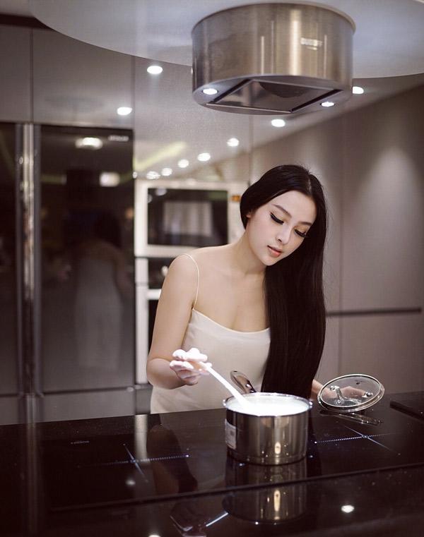 Huyền Baby thỉnh thoảng trổ tài vào bếp, tự chuẩn bị bữa ăn cho các con.