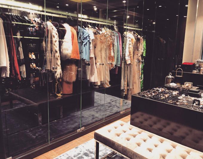 Phòng để quần áo, phụ kiện của cô rất rộng. Huyền Baby sở hữu hàng trăm bộ cánh đắt tiền và vô số phụ kiện của các thương hiệu lơn.