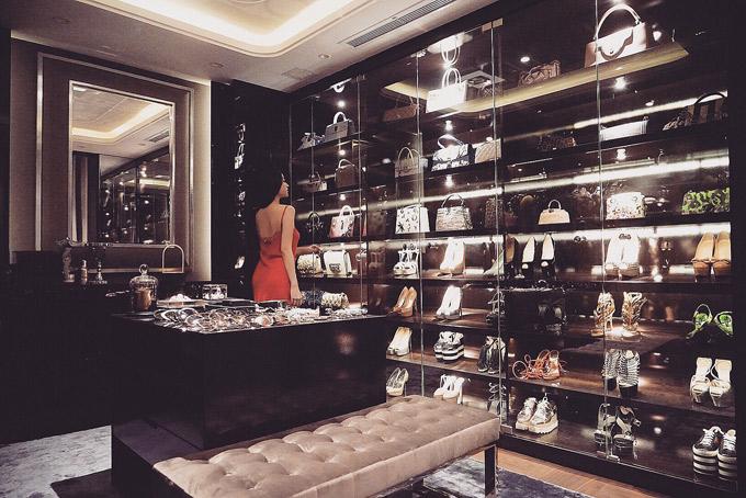Cô sắp xếp giày dép, túi hiệu trong các tủ kính khiến căn phòng trông như một shop thời trang cao cấp.