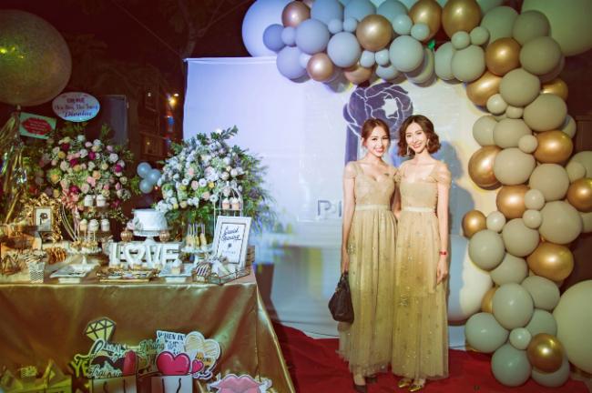 Xuất hiện tại sự kiện thời trang Thanh Vân MC chọn ba bộ váy để tôn được sắc vóc tươi trẻ của mình. Thiết kế váy xuyên thấu tinh tế, vừa sang trọng mà vẫn kín đáo.