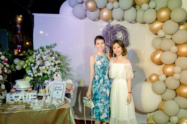 Một trong những khách mời duyên dáng, xinh đẹp khác tại sự kiện là người mẫu Huyền Thư. Chọn cho mình mẫu váy hoa nằm trong bộ sưu tập mới nhất của thương hiệu Pivoine, Huyền Thư thật yêu kiều, nữ tính với thiết kế váy cổ yếm gợi cảm.