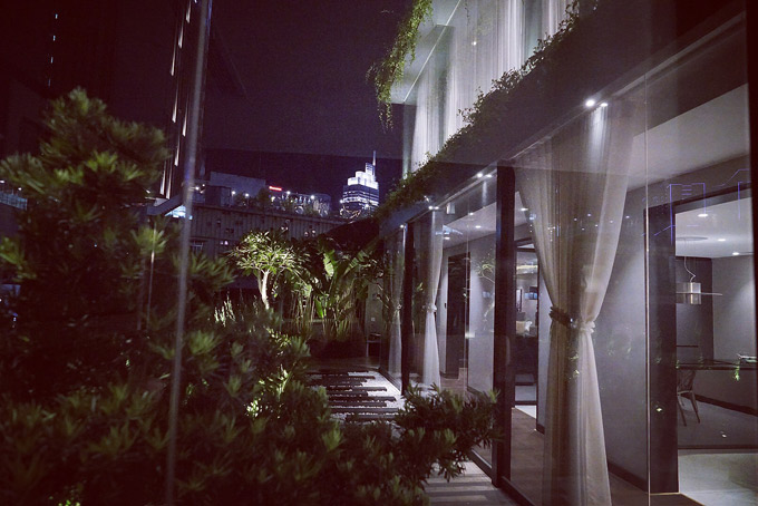 Sân vườn là nơi người đẹp hay ra thư giãn, ngắm cảnh thành phố về đêm.