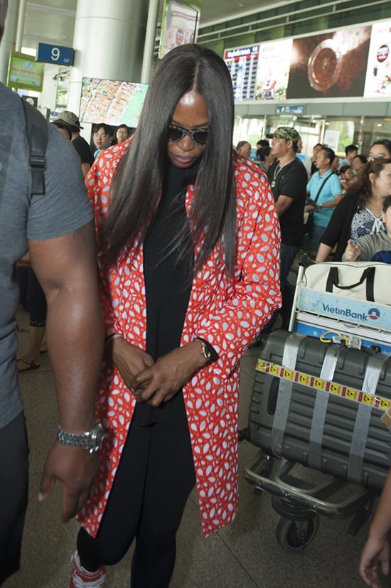10h30 sáng ngày 28/5, siêu mẫu nối tiếng thế giới Naomi Campell đã đáp xuống sân bay Tân Sơn Nhất trong chuyến thăm Việt Nam.