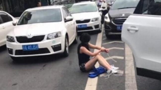 Người phụ nữ bị trói tay chân văng ra từ xe của kẻ bắt cóc. Ảnh: btime.com.