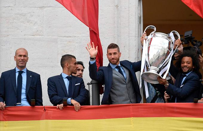 Thủ quân Sergio Ramos và hậu vệ Marcelo mang Cup ra chia vui với người hâm mộ.