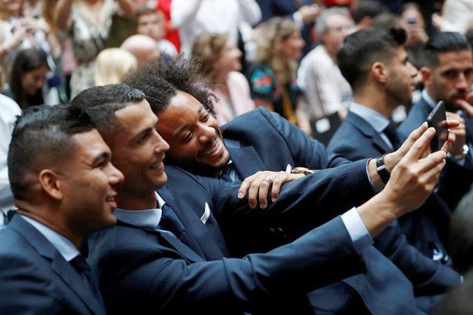 Ronaldo selfie cùng người bạn thân Marcelo và Casemiro.