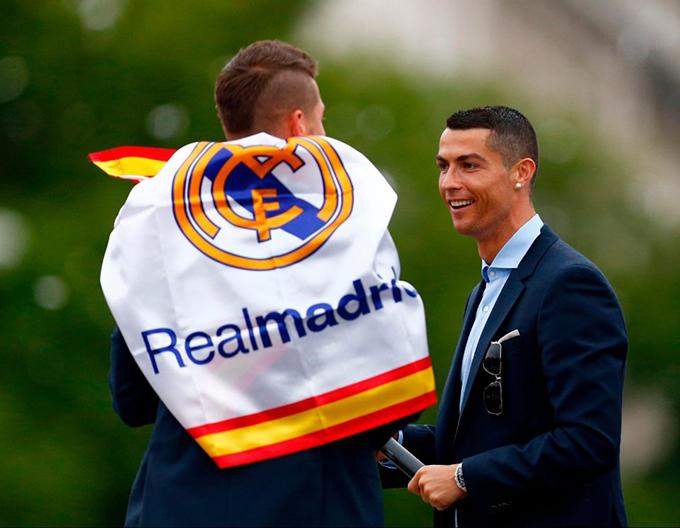 C. Ronaldo trò chuyện cùng đội trưởng Ramos.