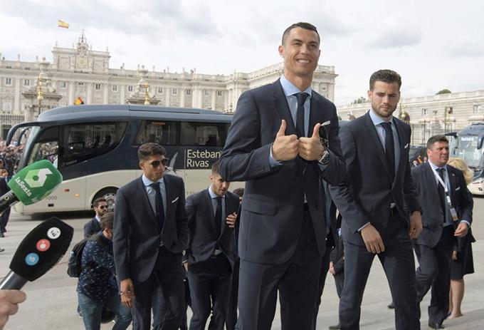 Hôm 27/5, C. Ronaldo tới dựlễ mừng Cup Champions League của Real tại thủ đôMadridvới kiểu đầu mới. Mái tóc của siêu sao người Bồ Đào Nha được húi ngắn hơn, gọn gàng và rất nam tính.