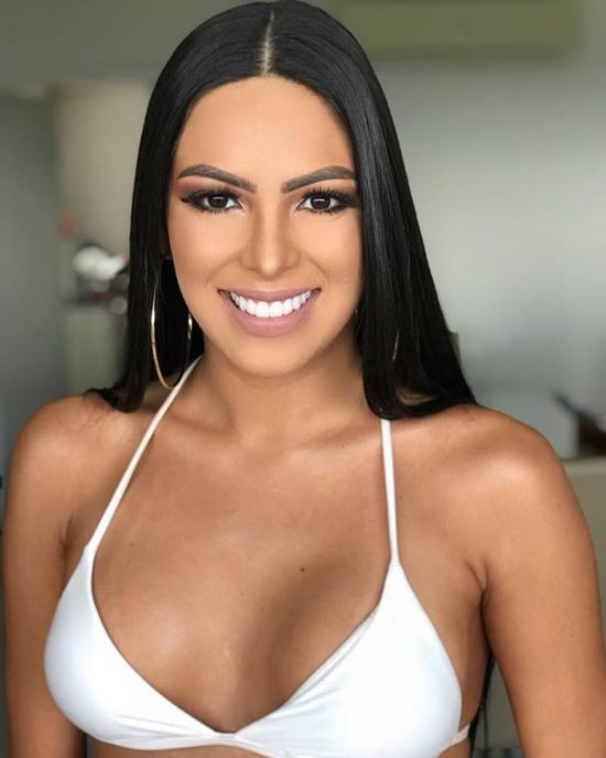 Cô gây ấn tượng với nụ cười rạng rỡ, đôi mắt đẹp và mái tóc đen dài óng mượt.