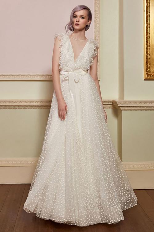 So với phiên bản gốc, váy cưới của Chung Hân Đồng khác biệt về màu sắc (thiết kế Jenny Packham màu trắng ngà) và chi tiết thắt nơ ngang eo. Ảnh: Jenny Packham.