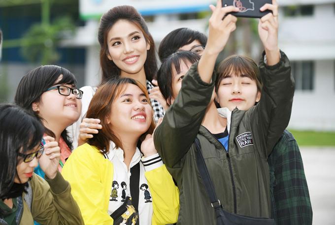Các bạn trẻ vây quanh ghi lại khoảnh khắc hội ngộ Lan Khuê tại Đại học Văn Hiến.