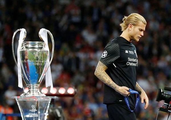 Loris Karius với gương mặtbuồn bã khi đi ngang qua chiếc Cup Champions League danh giá sau trận chung kết. Ảnh: AFP.