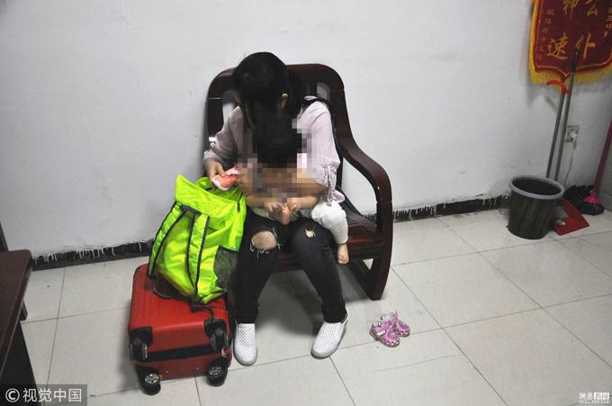 Yu và con gái tại sở cảnh sát sau khi bé được tìm thấy. Ảnh: 163.