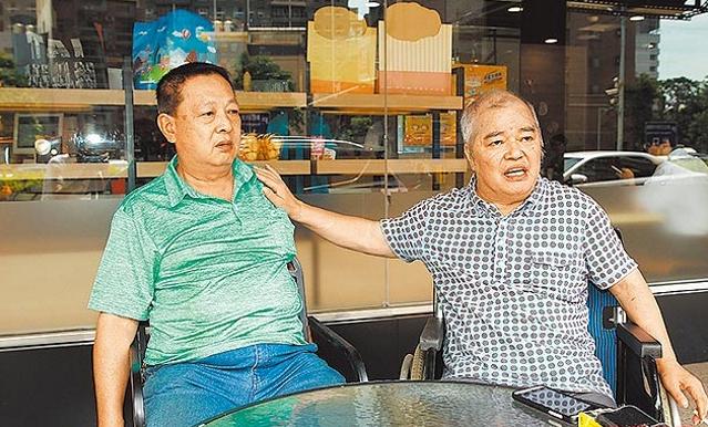 Bố Trương Thiều Hàm và em rể (em trai của mẹ Trương Thiều Hàm)gặp gỡ báo chí để tố cáo con gái. Ảnh: Ifeng