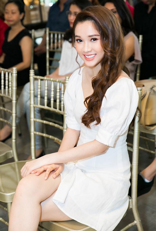 Diễn viên Quỳnh Hương khoe nhan sắc xinh tươi và gu thời trang nhẹ nhàng, thanh lịch.