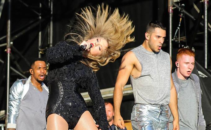 Taylor Swift diễn bốc lửa trên sân khấu ngoài trời - 6