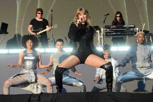 Nữ ca sĩ trình diễn máu lửa với vũ đạo sexy.