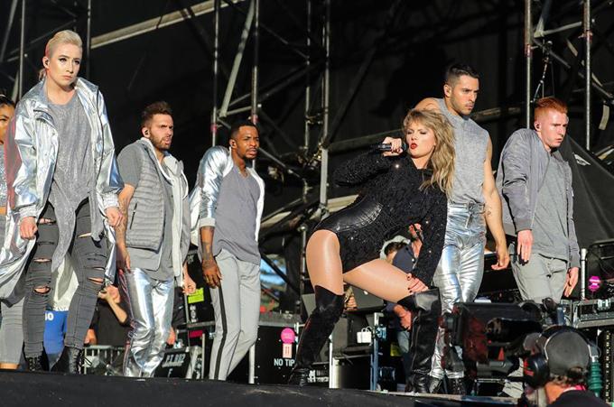 Cô khiến khán giả không rời mắt với những màn trình diễn cuồng nhiệt.