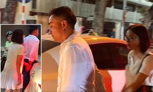 HLV Đức Thắng dắt tay vợ ra về sau khi liên tục ký tặng và chụp ảnh với fan