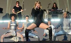 Taylor Swift diễn bốc lửa trên sân khấu ngoài trời