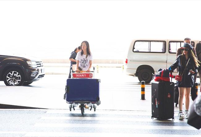 Triệu Vy xuất hiện tại sân bay hôm 27/5, cô lên đường sang Mỹ vì công việc. Tại sân bay, nữ diễn viên ăn mặc trẻ trung và trang điểm nhẹ nhàng,