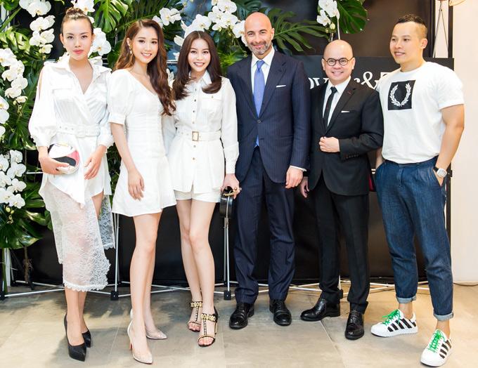 Hoa hậu Nhân ái Mai Quỳnh (ngoài cùng bên trái) và ông bầu Vũ Khắc Tiệp cũng có mặt trong buổi ra mắt thương hiệu nội thất đến từ Italy.
