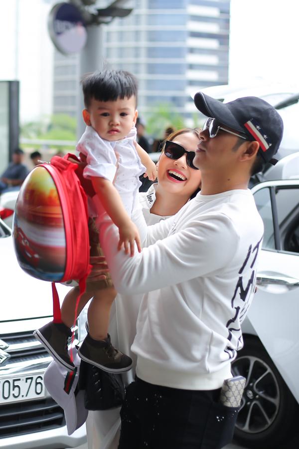 Sáng 29/5, gia đình Ngọc Lan có mặt tại sân bay Tân Sơn Nhất (TP HCM) để đi Hàn Quốc ghi hình gameshow Con đến từ hành tinh nào?.