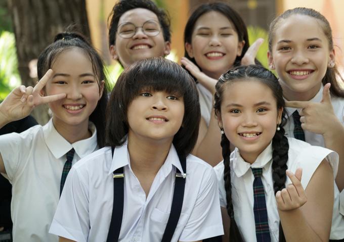 Thiên Khôi mặc đồng phục học sinh, diễn cùng bạn bè.