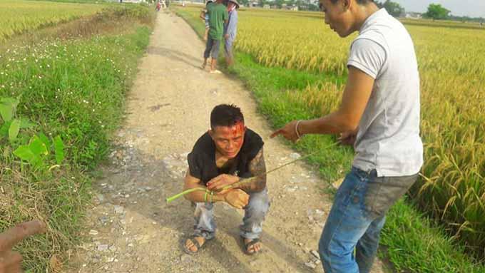 Lương bị trói trên đồng lúa ở Quảng Trường.