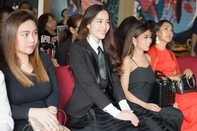 Nam Em cùng các phóng viên xem MV. Cô được mọi người khen hát tiếng Thái khá tốt, MV quay đẹp, chỉn chu.