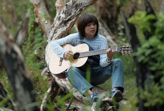 Thiên Khôi xuất hiện với hình ảnh chững chạc, lãng tử với đàn guitar trong MV.