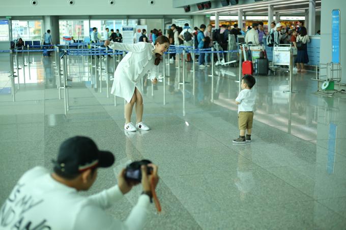 Thanh Bình tự tay ghi lại hình ảnh vợ và con vui đùa ở sân bay.