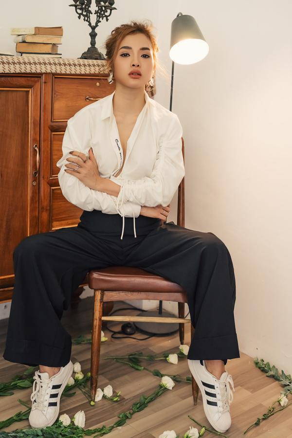 Gần đây ca sĩ - diễn viên người An Giang thường lên tiếng về những câu chuyện ồn ào của showbiz như gạ tình, quấy rối tình dục...
