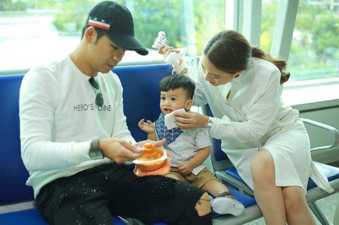 Nhóc tỳ Louis được ba mẹ đút ăn trước khi lên máy bay.