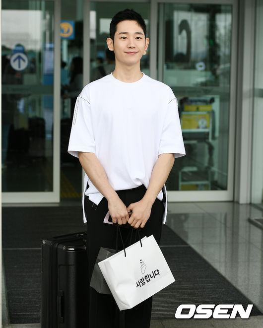 Cùng lên đường với Son Ye Jin, trai đẹp Jung Hae In ăn mặc khỏe khoắn, nam tính.