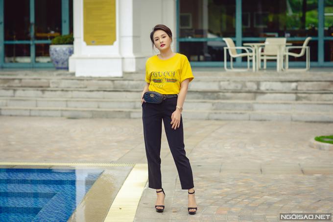 Trái với sự nữ tính của Nhã Phương, Bảo Thanh xuất hiện với phong cách cá tính khikết hợp áo phông với quần âu và túi đeo hông hàng hiệu. Trong phim, Bảo Thanh vào vai một cô gái sôi nổi, cá tính, hồn nhiên và rất giỏi võ.