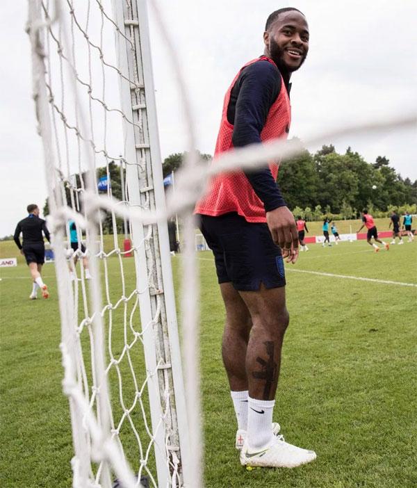 Sterling tập luyện cùng tuyển Anh. Ảnh: NN.