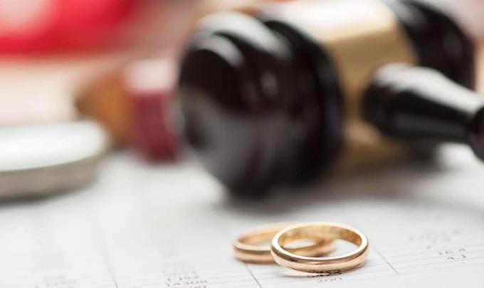 Ông bố vợ đòi con rể đưa nốt nửa tiền sính lễ ngay khi vừa bước ra khỏi văn phòng tòa án. Ảnh: Pulse.ng.
