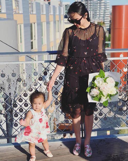 Bà xã Lam Trường tươi trẻ bên con gái, dù đã là gái một con.
