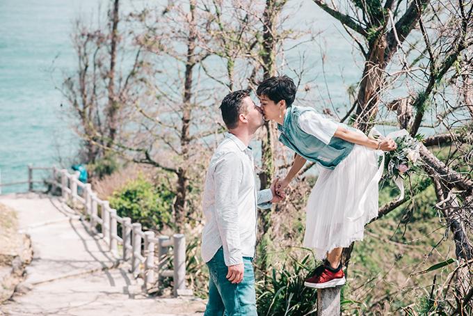 Trong bộ ảnh cưới của hai vợ chồng, Thùy Dương mặc trang phục đơn giản kết hợp cùng đôi giày thể thao quen thuộc.