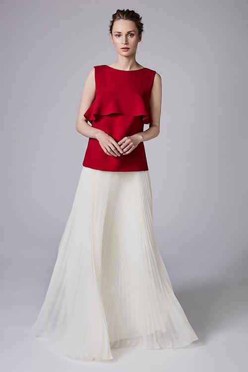 Một mẫu váy khác nằm trong bộ sưu tập của Reem Acra có lớp xếp li trên thân váy giúp cho mỗi bước di chuyển của cô dâu thêm phần thanh thoát.