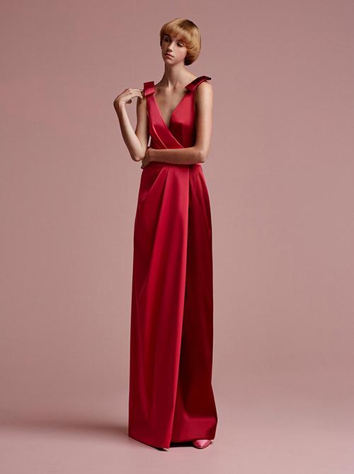 9. Váy phi bóng cao cấp: Chất liệu vải phi bóng bắt sángtốt, giúp cô dâulộng lẫy trong tiệc cưới. Nhà mốt Viktor & Rolf giới thiệu mẫu váy duyên dáng với đường cắt may tinh tế.