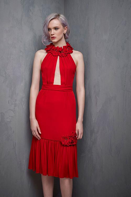 với Jenny Packham, những bông hoa nhỏ được sử dụng để tạo thành viền cổ áo và đính trên thân váy. Mẫu váyấn tượng vớiđườngtà xẻ ngực sâu nhưng vẫn đủ tinh tế để tôn lên vẻ gợi cảm của cô dâu.