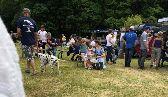 Kate và các con hòa vào giữa các gia đình bình thường khác tại lễ hội. Ảnh: Jack Schmollmann.