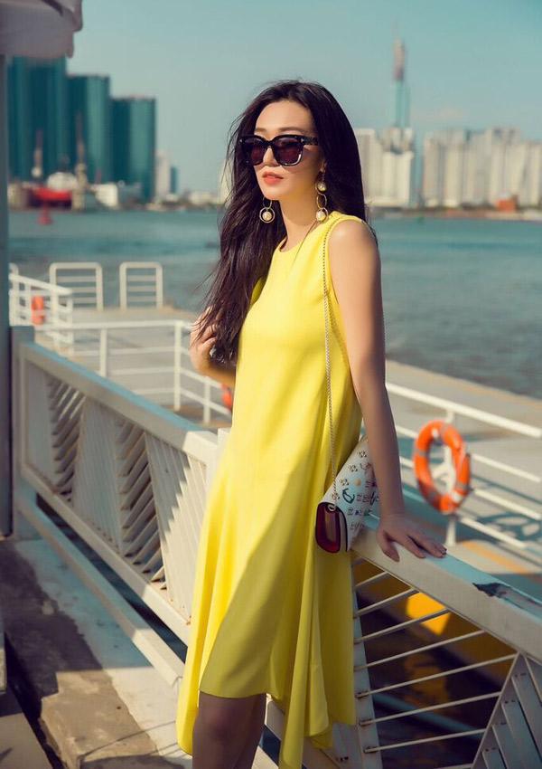 Ngoài đóng phim, Khánh My còn kinh doanh bất động sản cùng gia đình. Cô có điều kiện sắm sửa nhiều trang phục, phụ kiện hàng hiệu đắt tiền để nâng tầm phong cách.
