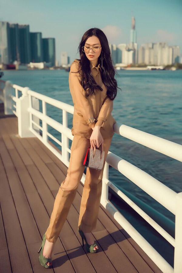 Bộ ảnh do chuyên gia trang điểm Nga Lis, stylist Travis Nguyen hỗ trợ thực hiện.