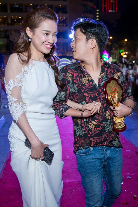 Hình ảnh Nhã Phương và Trường Giang trong đêm trao giải Mai Vàng 2017.